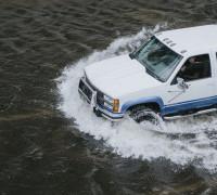 Ураган Лаура подбирается к Техасу и Луизиане: как быть с авто из США?